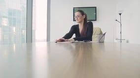 Señora del negocio de la muchacha en la oficina en un rascacielos almacen de video