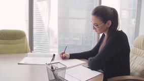 Señora del negocio de la muchacha en la oficina en un rascacielos metrajes