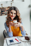 Señora del negocio en latte de consumición del café Foto de archivo libre de regalías