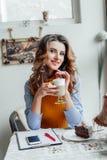 Señora del negocio en latte de consumición del café imagen de archivo libre de regalías