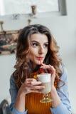 Señora del negocio en latte de consumición del café Fotos de archivo libres de regalías