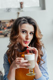 Señora del negocio en latte de consumición del café Imagen de archivo