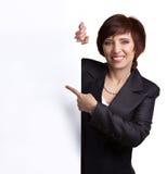 Señora del negocio que muestra el letrero Imagen de archivo libre de regalías