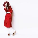 Señora del retrato de la moda del vintage en una capa y un sombrero rojos en un blanco Imagenes de archivo