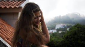 Señora del retrato que se relaja en el balcón de quinta metrajes