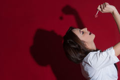 Señora del sudor que sostiene un caramelo Fotos de archivo