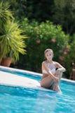 Señora dulce en la piscina del hotel foto de archivo libre de regalías