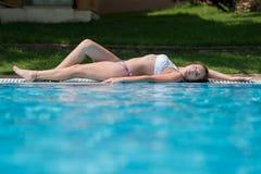 Señora dulce en la piscina hotal fotos de archivo