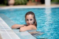 Señora dulce en la piscina que mira la cámara fotos de archivo