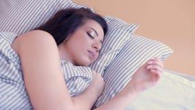 Señora durmiente de relajación de la mañana que disfruta de sueños almacen de video