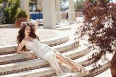 Señora elegante atractiva de moda en el vestido de la moda que miente en pasos B Fotos de archivo libres de regalías