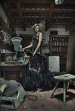Señora elegante atractiva en sitio retro Fotos de archivo libres de regalías