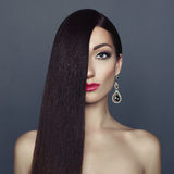 Señora elegante con el pelo sano largo imagen de archivo