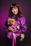 Señora elegante con el pequeño perro lindo Fotos de archivo