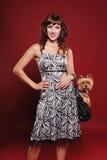 Señora elegante con el pequeño perro lindo Fotos de archivo libres de regalías