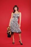Señora elegante con el pequeño perro lindo Imagen de archivo