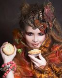 Señora elegante con la torta imagen de archivo libre de regalías