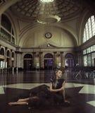 Señora elegante en el ferrocarril Imagenes de archivo