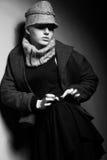 Señora elegante en el foso y el casquillo de moda - ropa pasada de moda Fotos de archivo libres de regalías
