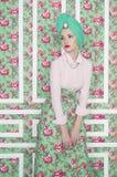 Señora elegante en fondo floral Fotos de archivo