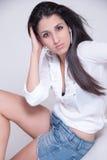 Señora elegante en mezclilla corta y la camisa blanca Fotografía de archivo libre de regalías