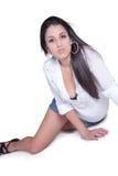 Señora elegante en mezclilla corta y la camisa blanca Fotos de archivo