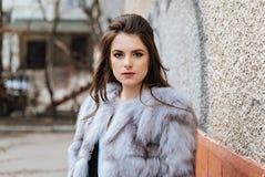 Señora elegante en un abrigo de pieles Fotos de archivo libres de regalías