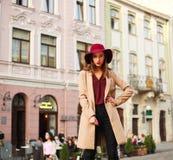 Señora elegante joven que presenta en la calle de la ciudad turística vieja Fotografía de archivo libre de regalías