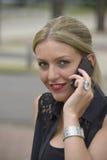 Señora elegante que hace llamada de teléfono Foto de archivo