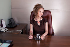 Señora elegante sonriente en la oficina del trabajo Fotos de archivo