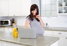 Señora embarazada Imagenes de archivo