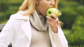 Señora embarazada con la sensación grande del vientre enferma después de toxicosis del sufrimiento de la manzana que muerde metrajes