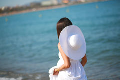 Señora embarazada en la playa Fotografía de archivo libre de regalías