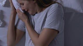 Señora embarazada gritadora que miente en cama, madre soltera, embarazo indeseado, depresión almacen de video