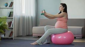 Señora embarazada que hace activamente la aptitud, fijando el ejemplo para las madres futuras metrajes