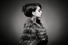 Señora en abrigo de pieles lujoso Fotografía de archivo