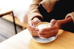 Señora en café de consumición del desgaste acogedor Fotografía de archivo