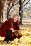 Señora en capa roja Foto de archivo