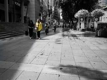 Señora en compras amarillas en el camino de la huerta imágenes de archivo libres de regalías