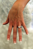 Señora en el anillo de bodas que revela blanco Imagen de archivo libre de regalías