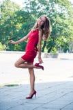 Señora en el baile rojo del vestido Imagenes de archivo