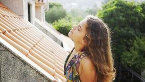 Señora en el balcón del chalet en pueblo almacen de video