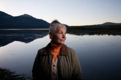 Señora en el lago imagenes de archivo