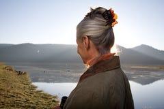 Señora en el lago Imagen de archivo