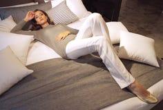 Señora en el pensamiento que se relaja en sala de estar Imagenes de archivo