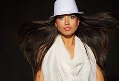 señora en el sombrero blanco y el pelo que sopla Imagenes de archivo