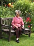 Señora en jardín foto de archivo
