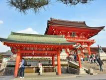 Señora en kimono en la capilla de Fushimi Inari Taisha Imagen de archivo libre de regalías