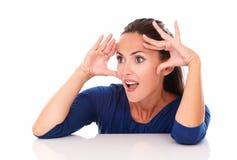 Señora en la blusa azul que parece sorprendida Imagen de archivo libre de regalías