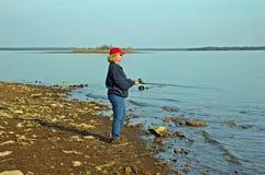 Señora en la orilla del lago foto de archivo
